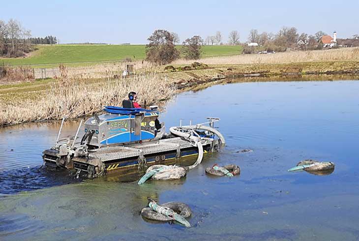 Nachklärteich durch Amphibienfahrzeug gereinigt