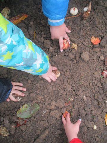40 fleißige Kinderhände verschönern unseren Schloßplatz