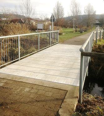 Radwegbrücke erhält neuen Belag